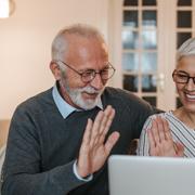 gepensioneerd stel doen samen de belastingaangifte